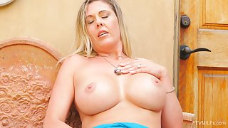 Grown-up blondie Jayna drops her attire to awe her pussy